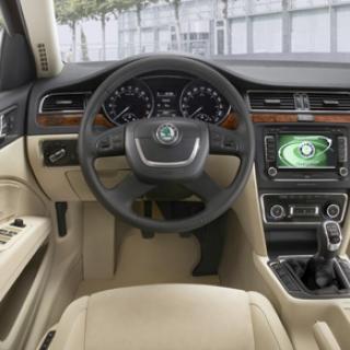 Förarmiljön är korrekt med alla reglage där man förväntar sig. Hög kvalitetskänsla, nästan i klass med finare kusiner från Audi.