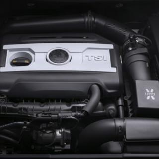 Dold under huven. Till de fem alternativen finns motorer från 1,4 liter och 125 hästkrafter till 3,6 liter och 260 hästkrafter.