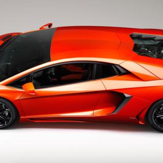 Lamborghini Aventador mot F16 Fighting Falcon