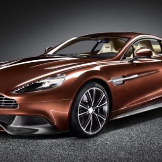 Aston Martin firar med fans på Facebook