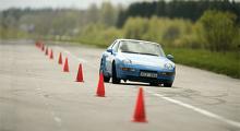 I lagom fart och med jämnt gaspådrag är Porschen understyrd i konbanan.