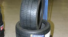 Äntligen! Nytt gummi på Porschen. R-däcken från Michelin är sparsamt mönstrade.