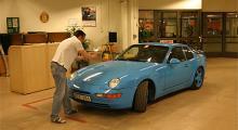 Per Hoffman på Trygg Hansa dokumenterar en tio cm lång repa på motorhuven.