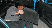 Under passagerarens fötter sitter en fotplatta. Ta bort den, spara 1 kg.