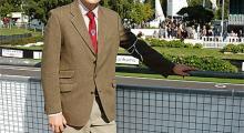 Reporter Carl med knästrumpor på. Enklaste sättet att smälta in på Goodwood är att klä sig i klassisk engelsk stil.