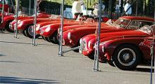 Ett knippe ovärderliga Ferrarivagnar blinkar yrvaket mot höstsolen. Inte alla bilar i depån är där för att tävla, åtskilliga utgör bara statister.