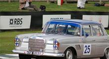 Skådisen Rowan Atkinson höll tungan rätt i min men kom ändå näst sist i sin Mercedes 300 SE -64.