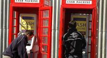 Telefonbank får ny innebörd. Bankomaterna var gömda i telefonhytterna.