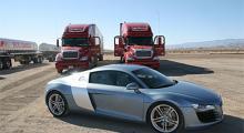 """Audi R8 är mer kompakt än vad bilderna låter förstå. Amerikanska lastbilar är alltid spännande, de här båda har sin bas i Chicago och """"möttes"""" här."""