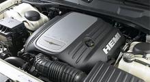 Under den torktumlarliknande kåpan döljer sig en V8 med fin gångkultur och massor av kraft. Ljudet är inte dumt det heller.