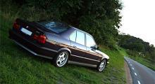 Sommarnattens ljus och en BMW M5 som äntligen återfått sina rätta fälgar och orange blinkersglas.