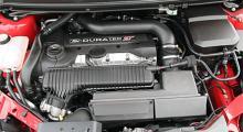 """Volvosnurran är pärlan i bilen. Röret mellan oljepåfyllningen och kylarvätskebehållaren är en del av """"Sound Symposer"""", insugssystemet."""