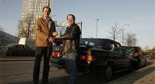 Ronnie Widell och Calle Carlquist gör bilaffärer och tjugo tusenlappar byter ägare.