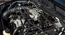 Trångt. För att V8-motorn från Ford ska få plats i Rover 75 förpassade batteriet till bagageutrymmet.