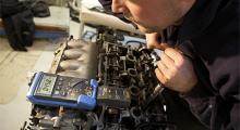 Momentnyckel kopplad till en multimeter ger precision när Anton drar åt topplocket.