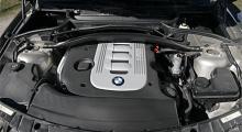 Kronjuvelen. 286 hästar är en klassisk BMW-siffra. Första generationens M5 klämde ur sig denna effekt, liksom 4,4-motorn i 740i. Nu erhålls samma effekt ur en liten treliters turbdiesel. Ganska fantastiskt.