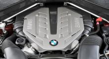 Av motorn i X6 xDrive 50i syns inte mycket när man lyfter på huven, men under plastkåpan ruvar dubbla turboaggregat och katalysatorer melan den 4,4 liter stora V8-motorns cylinderbankar.