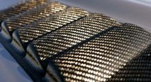 Kolfiberslitsar i framskärmarnas överkant ventilerar ut bromsvärmen från hjulhuset.