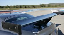 Den breda vingen hjälper till att generera 300 kg marktryck vid 200 km/h.