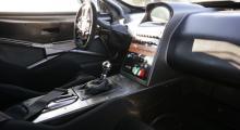 Tidsenlig race-cockpit med displayer på navigatorplats och i ratten. Inställningar med knappar i densamma och start-/huvudström centralt i mittkonsolen.