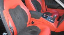 Stolarna har bra skålning, utan att förta intrycket av lyxig bil. Alcantraklädsel kännetecknar Sport GT-S.