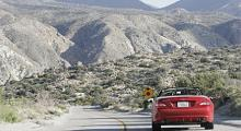 Klassisk cowboy-mark med låg vegetation och torra berg. SL350 trivs på mindre vägar.
