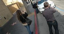 Automobils utsände passar på att föreviga synen, och det gör även guldtandens flickvän.