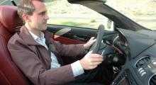 Automobils chefredaktör och Mercedes-pilot njuter stilla av hårblåsten innan han först vrider vänster sen snabb höger.