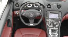 Det märks att Mercedes åter vinlägger sig om detaljkvalitet, efter några darriga år. Interiören är nästan identisk med de mindre motorstarka bilar, plus kolfiberdekor.