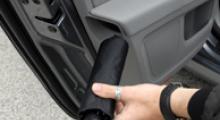 Ett fack för paraplyet, finnesser och utrustning i nya Superb skulle utan tvekan kunna finnas i lyxbilsmodeller.