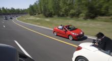 För att ta föregående bild fraktades fotograferna i ett par Peugeot 207 CC ett stycke före konceptgruppen. Gott så, tills farten drogs upp i närmare 160 km/h!