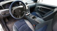 Maseratis interiör och förarmiljö blandar en lite gammaldags lyxkänsla och moderna funktioner. Resultatet är lite plottrigt med ergonomögon och stolarna behöver mer sidostöd, men nog är det snyggt.