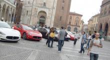 Maserati- och folkmyller på torget i Cremona. Bygdens stolthet låter sig gärna beundras. Nya fälgar, breddade trösklar och svärtade strålkastare är bara några av tecknen som lokalbefolkningen kollar upp.