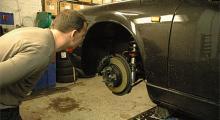 Hur mycket kan vi skruva ner? Vi har tröttnat på att lägga ut brädor vid garagenedfarten så 20 millimeter lägre än original får räcka.