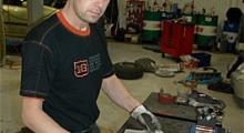 Markus på Trosa bil & marin står färdig att öppna Pandoras ask, förlåt jag menar Black Adders styrbox.