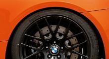 GTS har hjulmuttrar på pinnbult i stället för skruvar. Allt för att underlätta hjulbyte i depån. Bromsoken från Brembo är för BMW ovanligt nog inte av flytande typ. Mjuka däck, treadwear-värdet är 60.