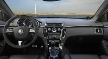 Förarmiljöns uppläggning är i grunden ganska lik den som finns i Opel Insignia och finishen är klart bra, även om Audi- och BMW-förare måhända kan ha invändningar. Manuell låda till så kraftig maskin ger spännande körmöjligheter …