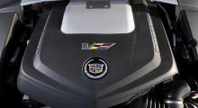 Motorn kommer från Chevrolet Corvette ZR-1 och har kompressor, 6,2 liter och ett enormt påskjut. Toppfarten är begränsad till 250 km/h men CTS-V klarar lätt en bra bit över 300 km/h, enligt fabriken. Allt ska ned i backen via bakhjulen.