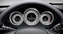 I CLS har man kommit bra långt från det intryck av närmast statligt utformade instrument som präglade Mercedesbilarna för ca 20 år sedan. Silver och krom, det vore otänkbart i exempelvis en Mercedes SL generation R129.