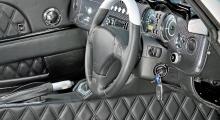 Platsen där allting händer. Dörrhandtagen kommer från Mini och spakarna på rattstången från BMW, annars är det mesta unikt för Morgan. Notera avståndet mellan instrumentpanel och vindruta.