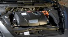 Bensinmotorn är den V6 som återfinns i Audi S5, effekt 333 hk. Allmänt reaktionssnabb och stark kompressorkaraktär.