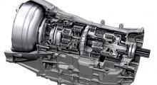 Synkronmotorn mellan den åttaväxlade lådan och bensinmotorn (t v i bilden) är kort och har stor diameter.