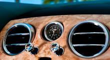 Ventilationsbollar i metall som regleras med dragstag och klocka med Breitlingemblem i urtavlan kröner mittkonsolen. Prydligt!