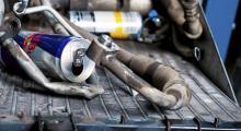 Metallåtervinning: ett par läskburkar och ett styck luftkonditioneringsanläggning med tillhörande kylarelement. Se där, ytterligare några kilo sparade.