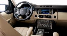 Liknande layout som 2002 men rakt igenom nya paneler. Rejäla reglage som även arbetarhänder kan fingra på. Instrument, skärm och växelväljare från Jaguar.