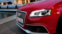 Antracitgrått bikakemönster i grillen och stora luftintag under strålkastarna utmärker RS3. Längst ned finns en spoilerkant som också är unik för modellen. Några dimljus har inte Audis RS-modeller, till skillnad från S-modellerna. Listerna i aluminiumfinish ingår i ett »stylingpaket«.
