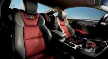Röd textil i stolarnas sittytor finns bara tillsammans med den lilla motorn, V6-modellen har mörkgrått läder. Skålningen är djup, sittkomforten oväntat god.