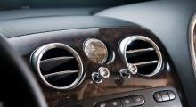 Detaljomsorgen tål granskning i Bentley. De typiska dragreglagen är väldämpade och klockan kommer från Breitling.