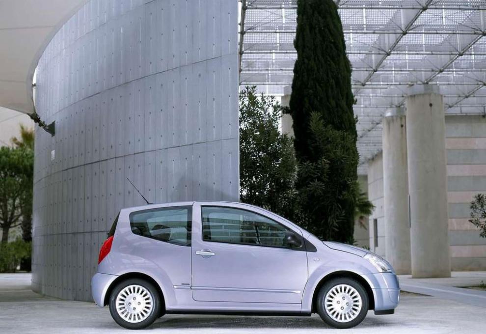 Citroën C2, knäckt på mitten.