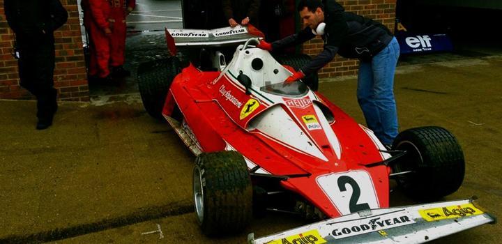 Ferrari F1-bil från 70-talet kraschad